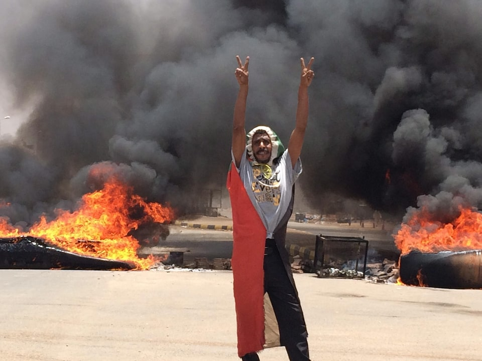 Un manifestant dans les rues de Khartoum, la capitale soudanaise