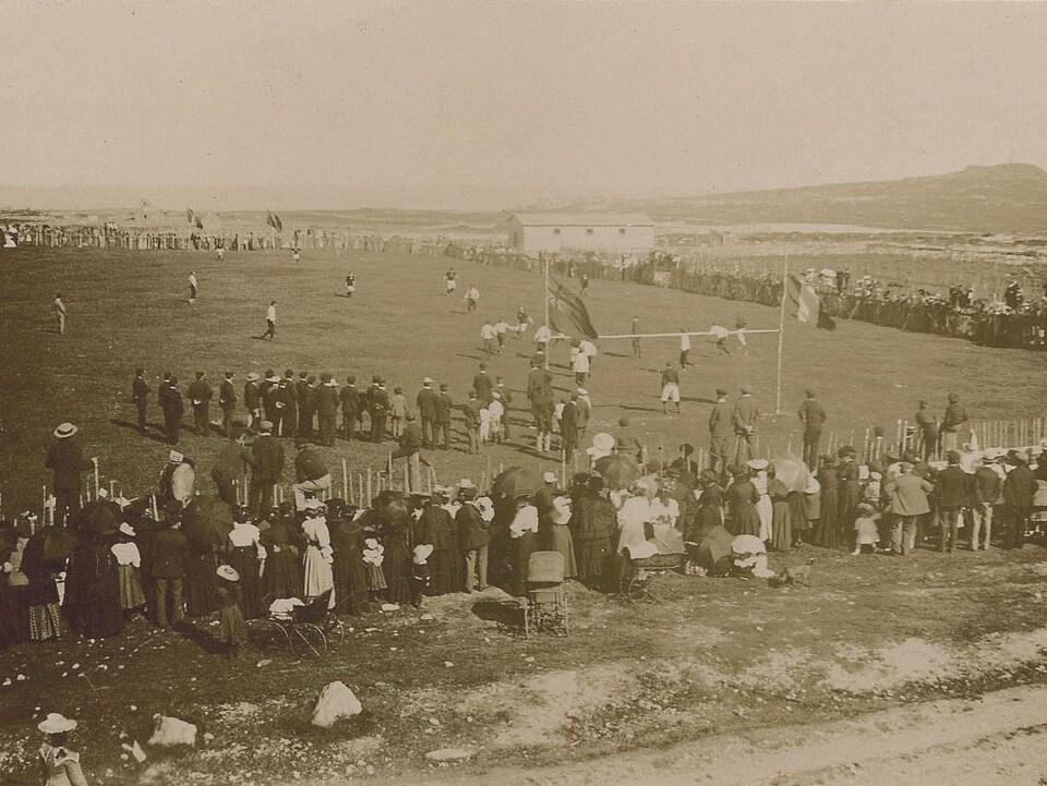1500 spectateurs entourent le terrain de soccer.