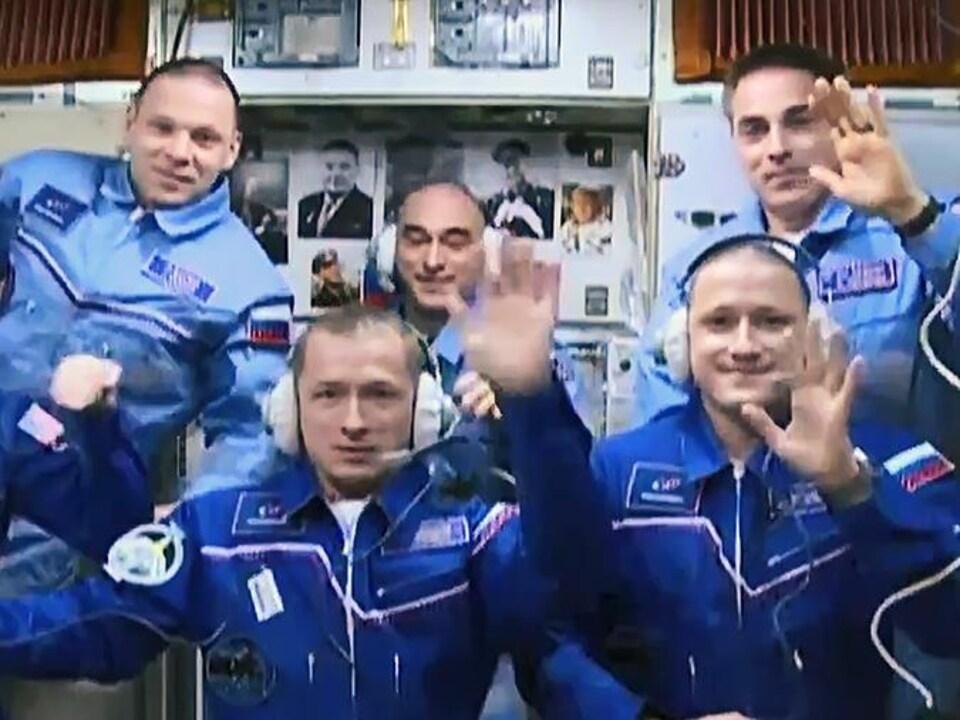 Les astronautes prennent la pose à l'intérieur de la SSI.
