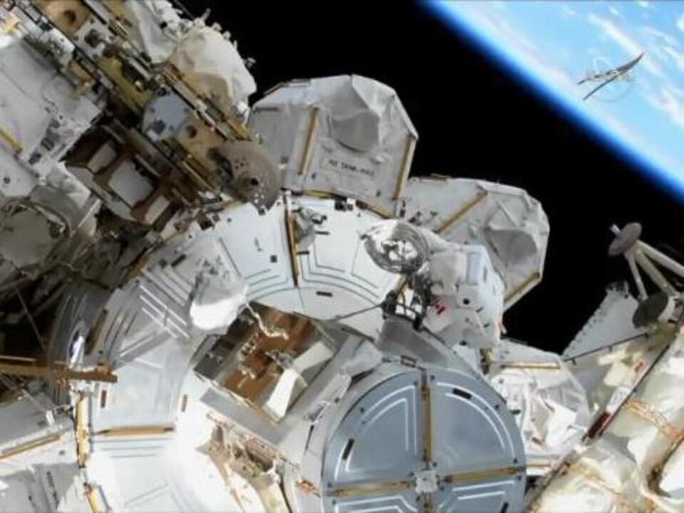 L'astronaute David Saint-Jacques lors de sa première sortie dans l'espace.