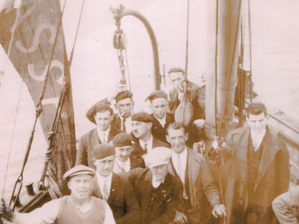 12 hommes à bord d'un voilier.