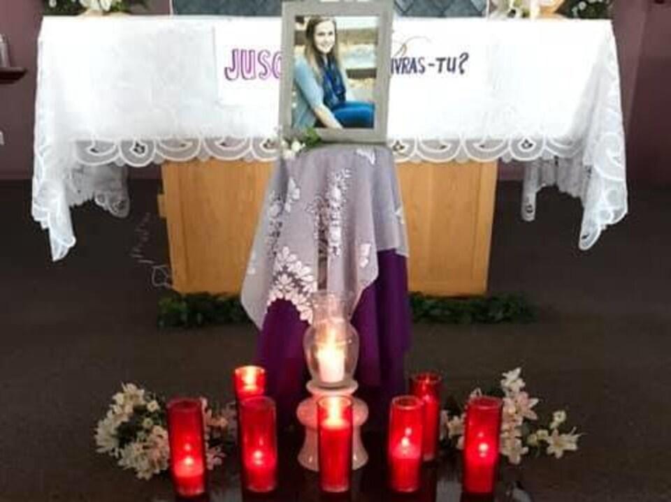 Une photo avec des chandelles devant elle.