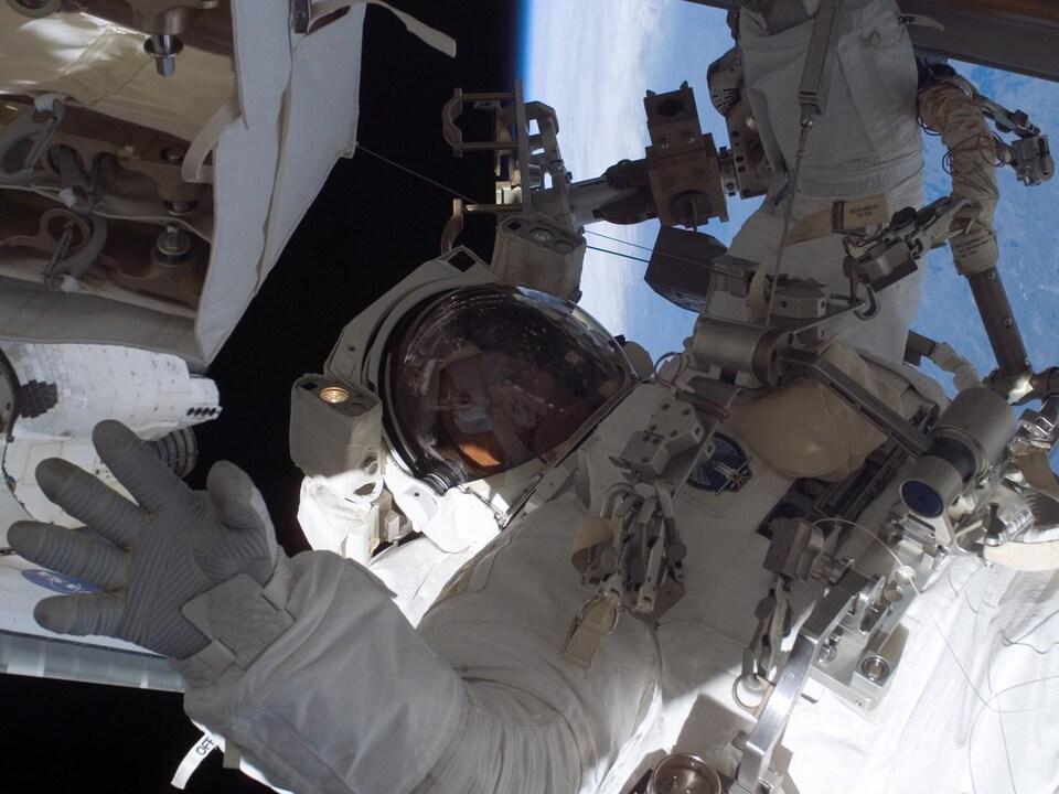 Steve MacLean lors de sa sortie dans l'espace du 13 septembre 2006.