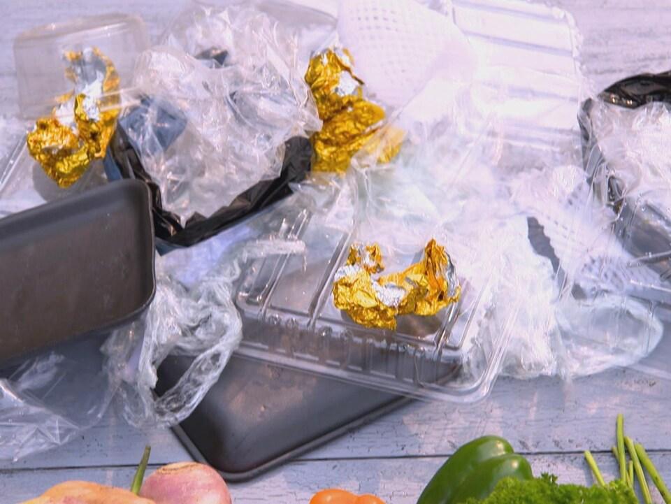 Plusieurs emballages de plastique