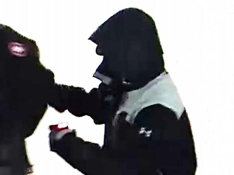 La photo d'un suspect lors de l'enlèvement de Wanzhen Lu ce samedi soir à Toronto est maintenant rendue publique.