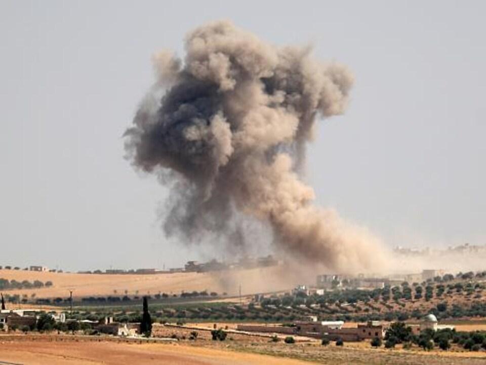 De la fumée s'échappe de bombardements dans la région de Maar Hitat, dans la province d'Idlib.