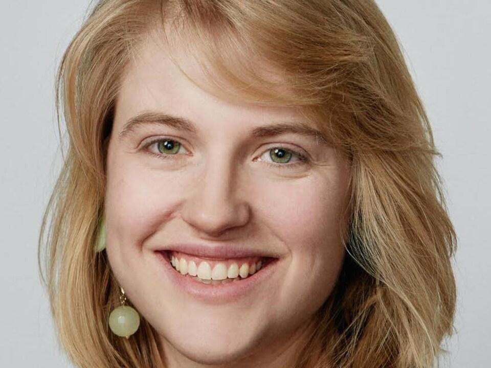 Gros plan du visage de T. Erin Gruber
