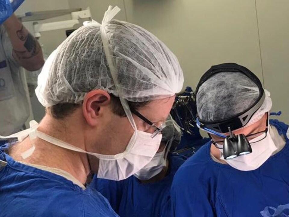Les médecins qui ont pratiqué la transplantation utérine à l'hôpital de Sao Paulo, Brésil, le 15 décembre 2017.