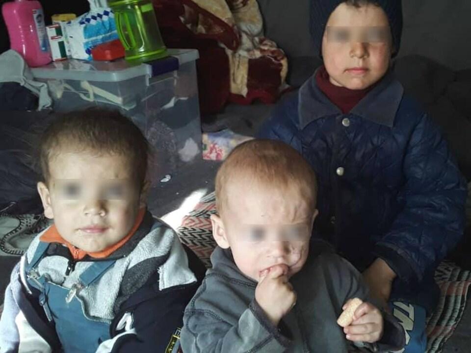 Trois jeunes garçons.