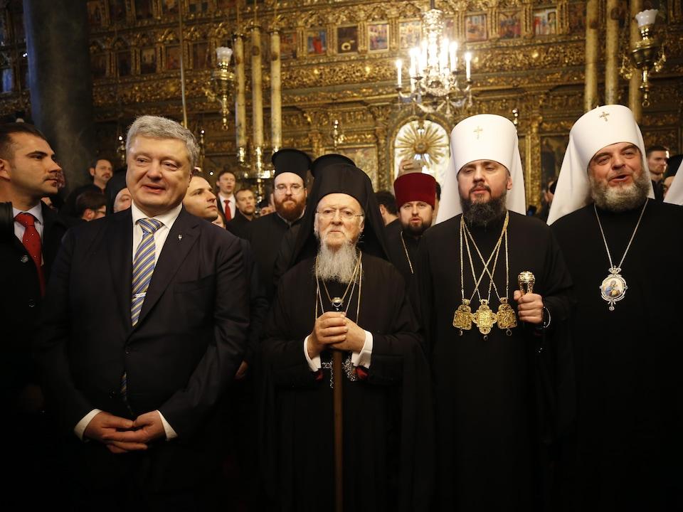 Le patriarche Bartholomée de Constantinople, au centre, le président de l'Ukraine Petro Porochenko, à sa gauche. Le metropolite lepifani, chef de l'Église orthodoxe de l'Ukraine est à droite du patriarche.