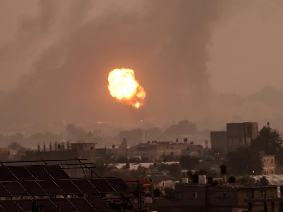 Des frappes israéliennes à Khan Yunis, dans le sud de la bande de Gaza, le mardi 11 mai 2021.
