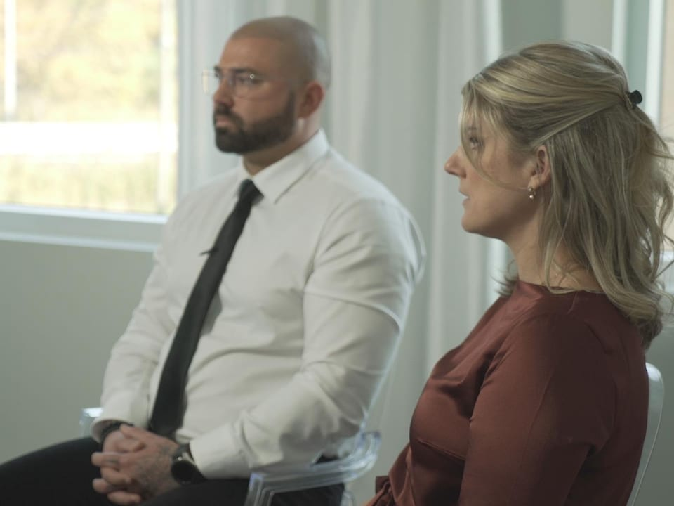 Plan moyen d'un homme et une femme assis.