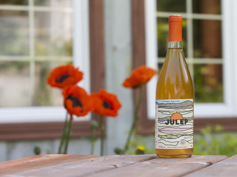 Une bouteille de vin orange Julep, posée sur une table.