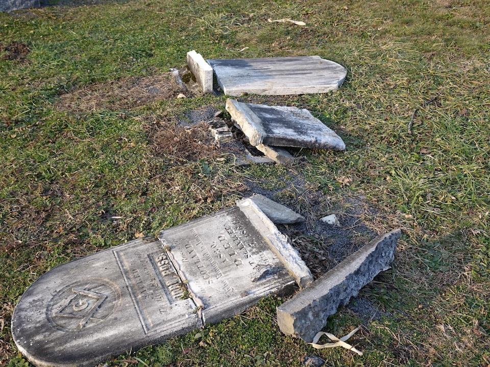 Des pierres tombales brisées.