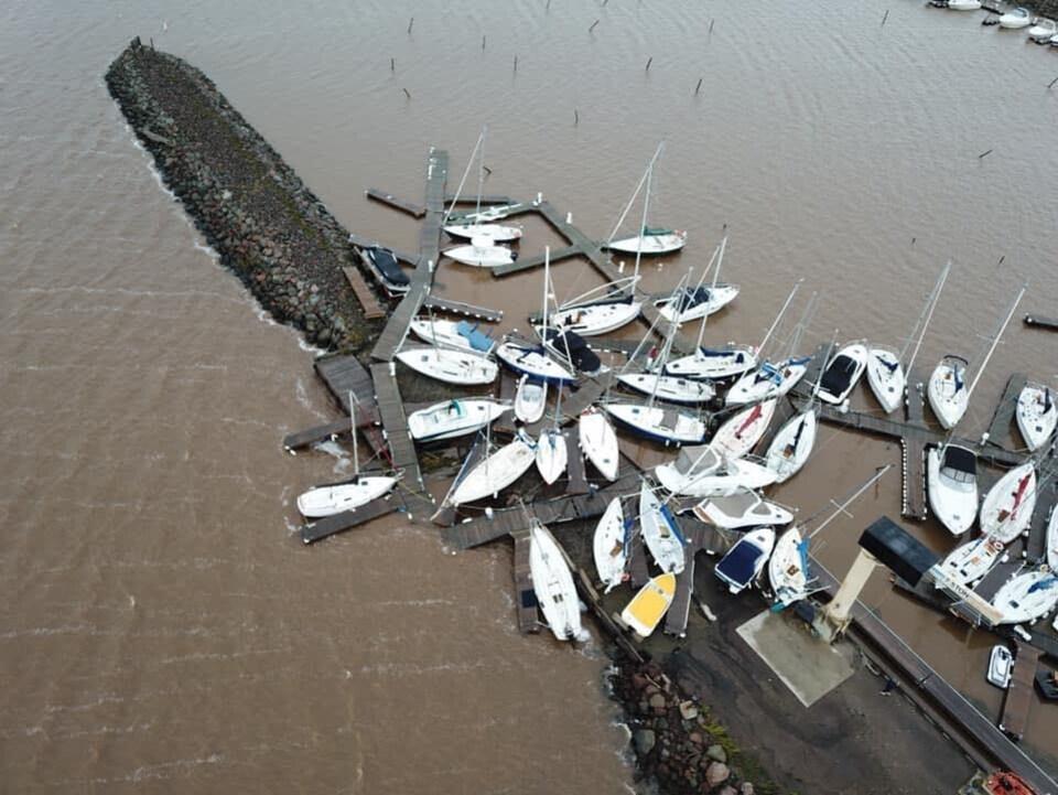 Des voiliers éparpillés dans une marina au Nouveau-Brunswick. Image prise des airs.