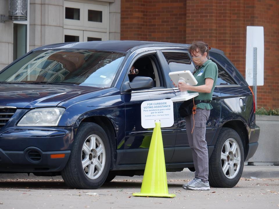 Au centre-ville de Dallas, il est possible de voter à partir de sa voiture.