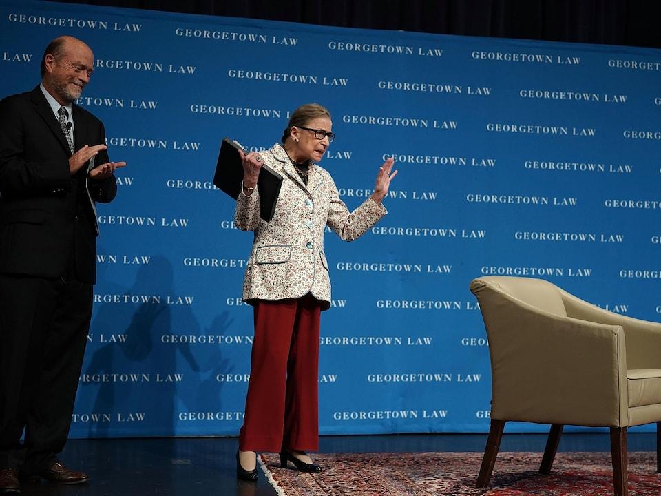 Ruth Bader Ginsburg debout sur la scène.