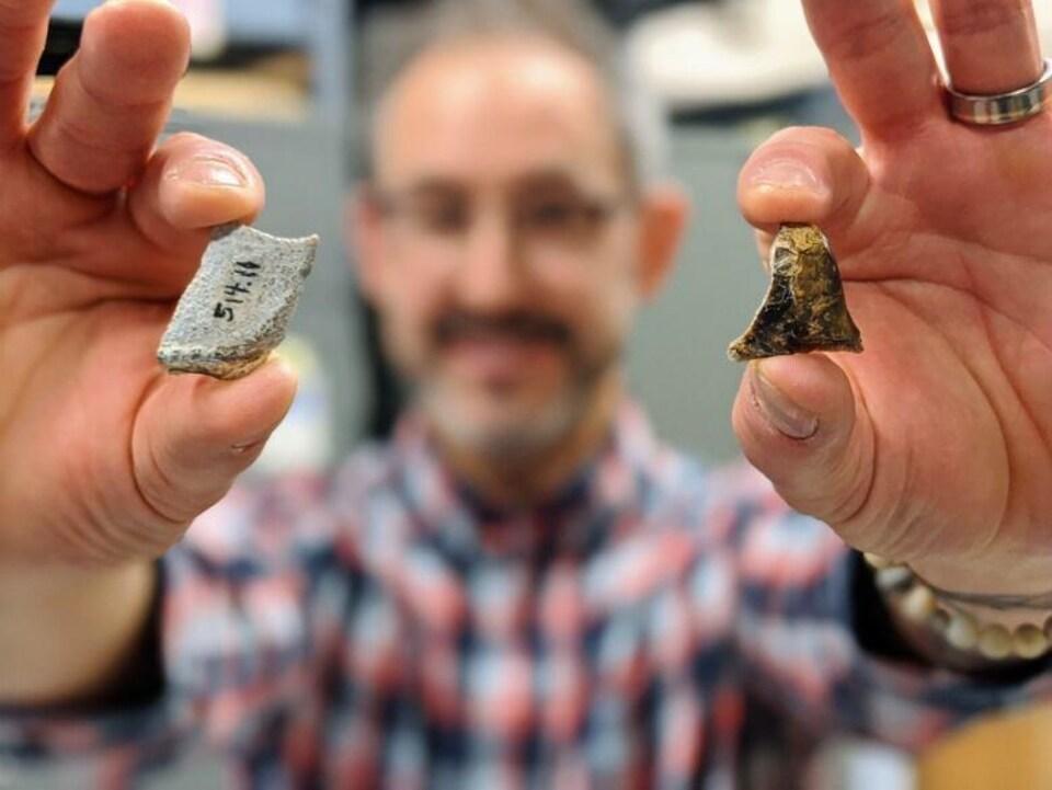 Le paléontologiste Grant Zazula montre l'émail fossilisé des dents de rhinocéros.