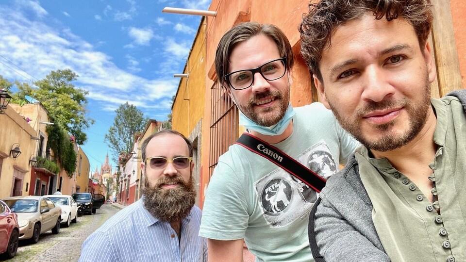 Un auto-portrait de trois amis dans une rue au Mexique.