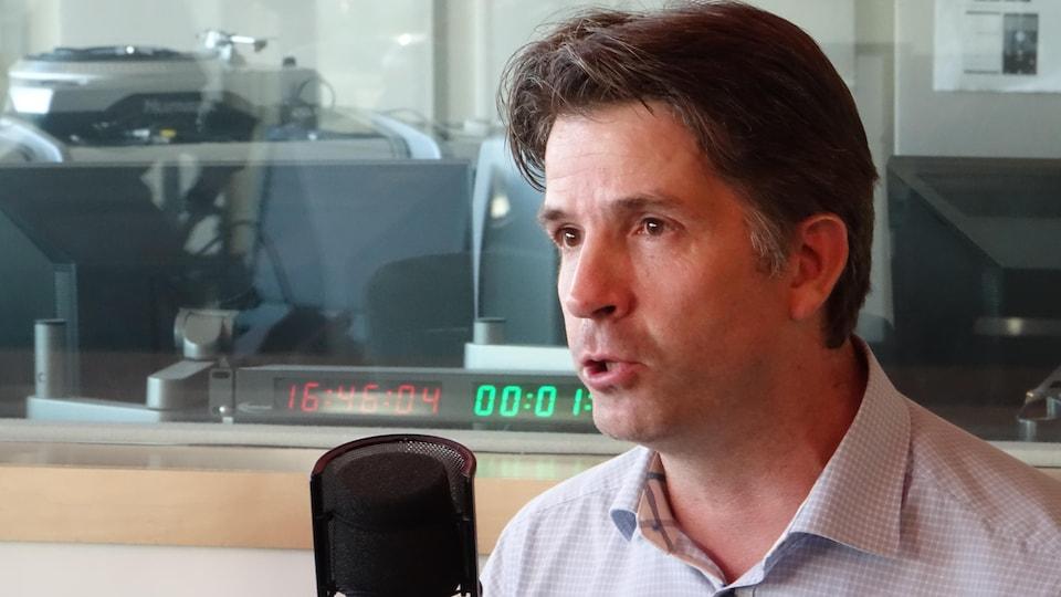 Jean-François Fortin, un homme au micro de Même Fréquence.