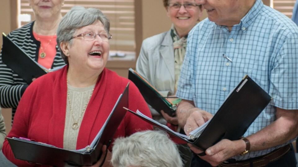 Une femme et un homme se regarde en riant.