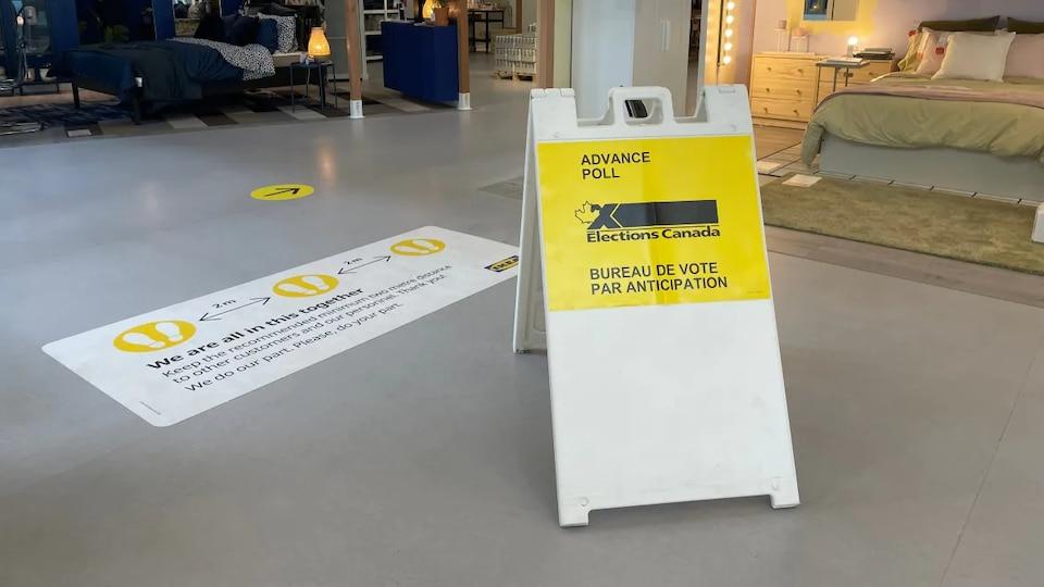 Affiche indiquant le lieu du bureau de vote par anticipation.