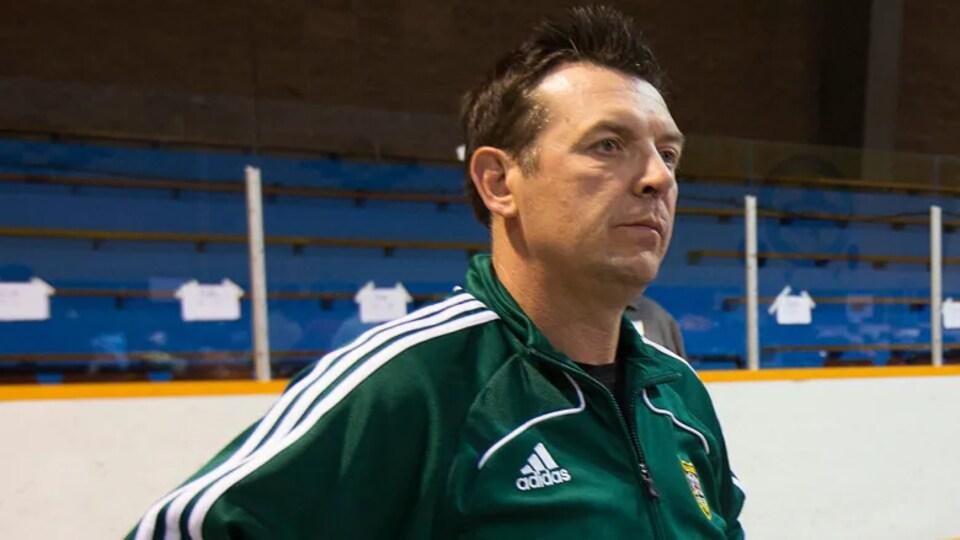 L'ex-hockeyeur Theoren Fleury sur une patinoire.