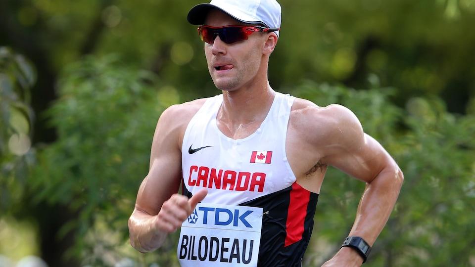L'athlète garde son rythme de marche.