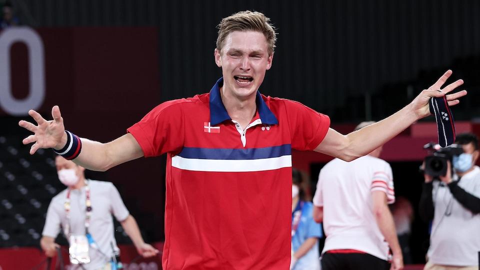 Viktor Axelsen pleure de joie.