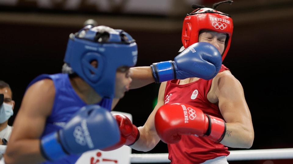 La boxeuse canadienne reçoit un coup de poing au visage.
