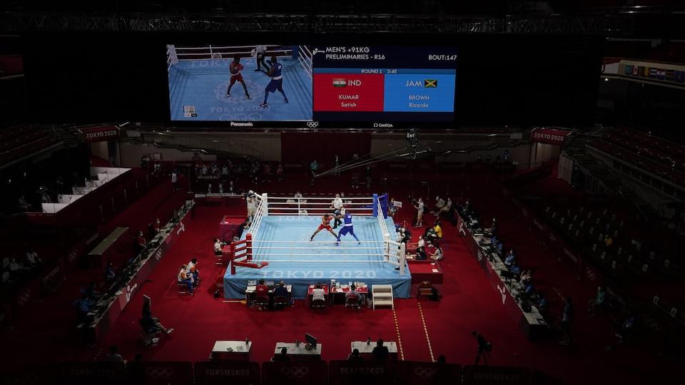 Deux boxeurs s'affrontent dans un ring aux Jeux de Tokyo.