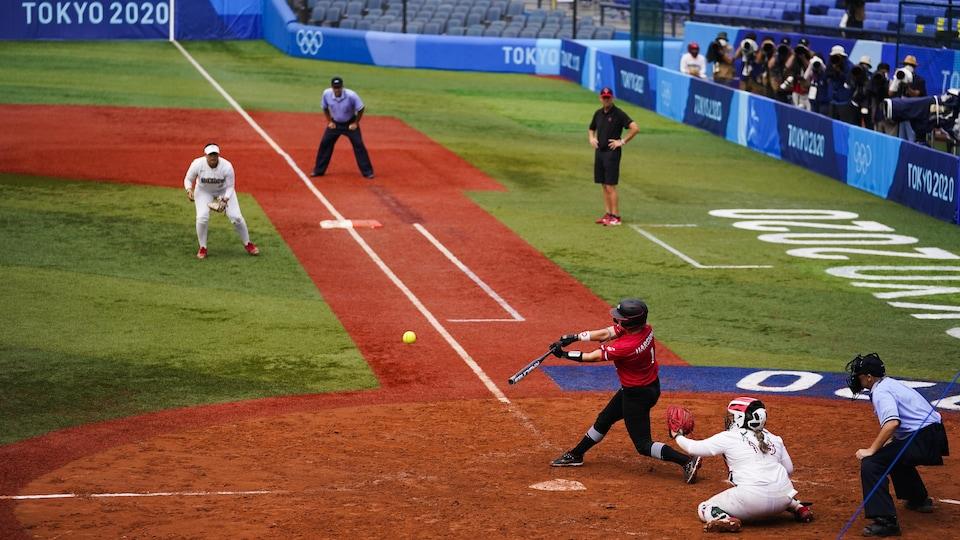 La joueuse canadienne Kelsey Harshman est sur le point de frapper la balle.