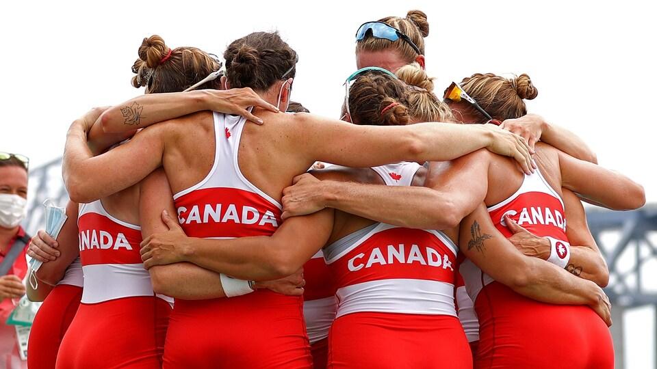 Les membres de l'équipe féminine du Canada en huit de pointe se rassemblent après leur victoire.