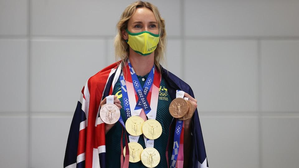 Emma McKeon pose avec ses sept médailles olympiques.