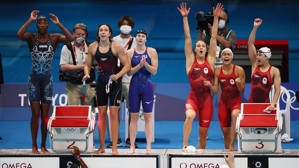 De jeunes nageuses célèbrent la fin de leur course aux Jeux olympiques.