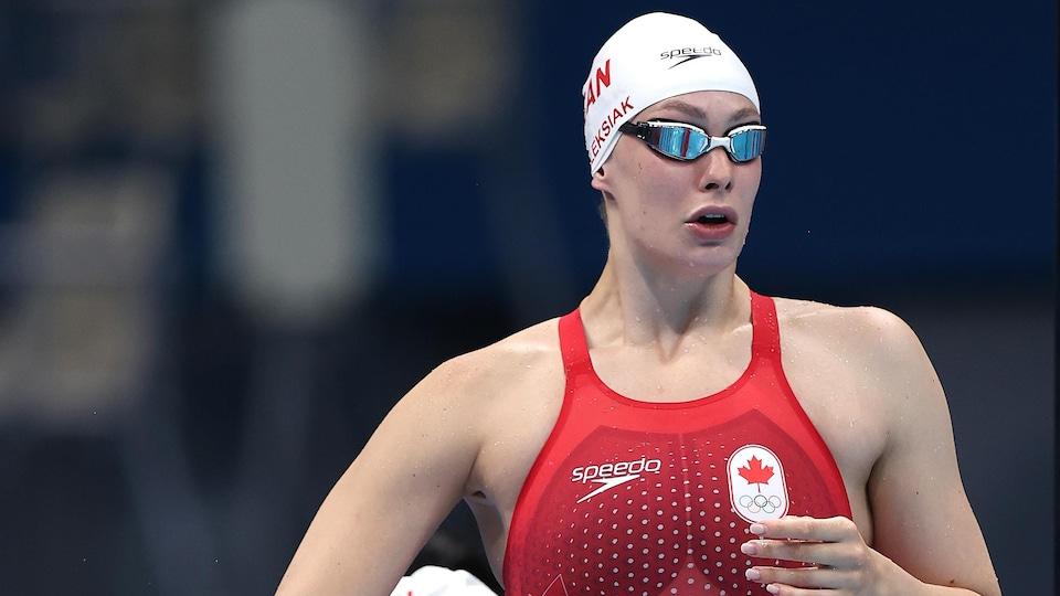 Penny Oleksiak se prépare à participer à sa vague du 4 x 100 m aux Jeux olympiques de Tokyo.