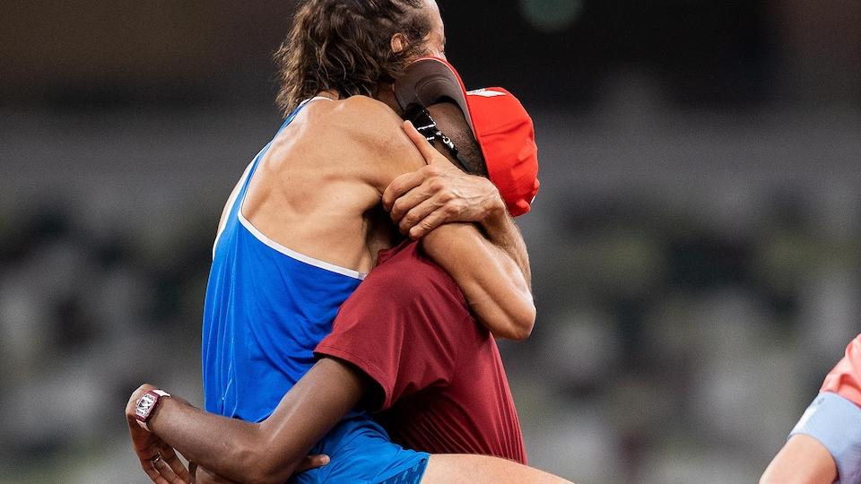 L'Italien saute dans les bras du Qatari.