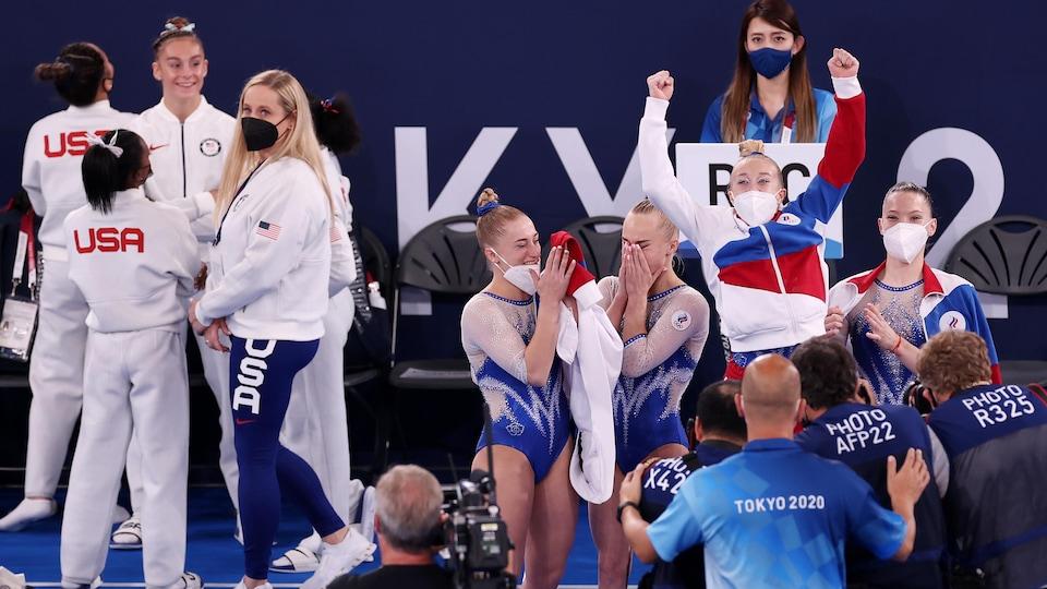 Les gymnastes pleurent de joie à la suite de l'annonce de leur victoire.