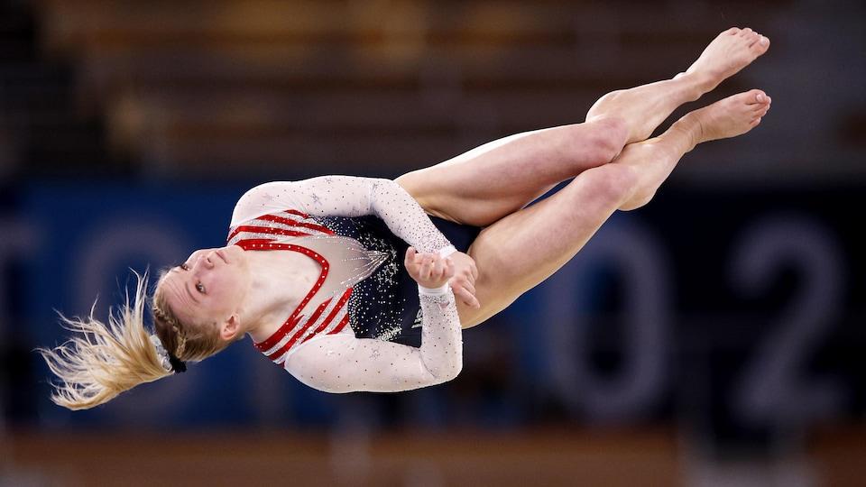 Jade Carey en plein vol lors du concours au sol.