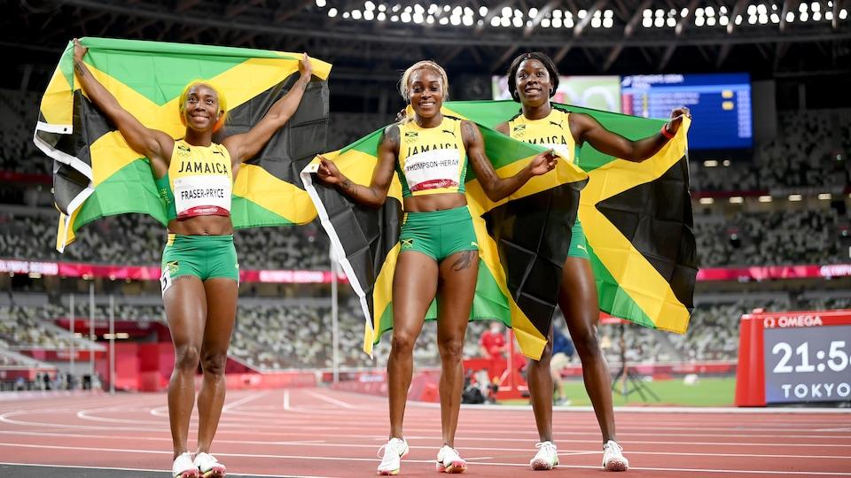 Elles brandissent chacune un drapeau jamaïcain.