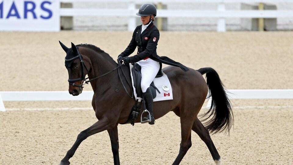 Une cavalière sur son cheval en compétition