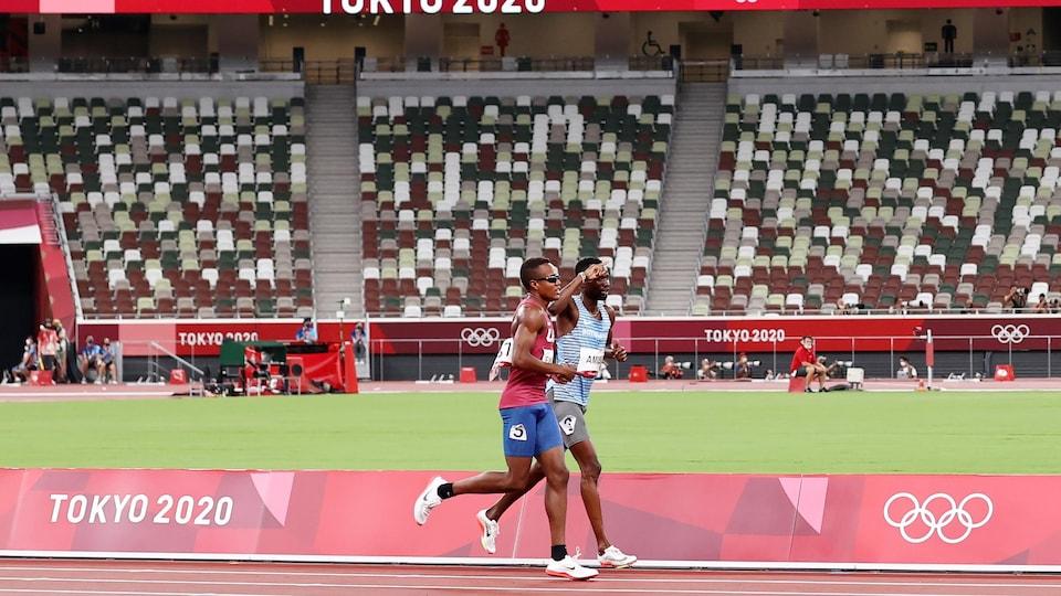 Nijel Amos et Isaiah Jewett courent bras dessus, bras dessous.