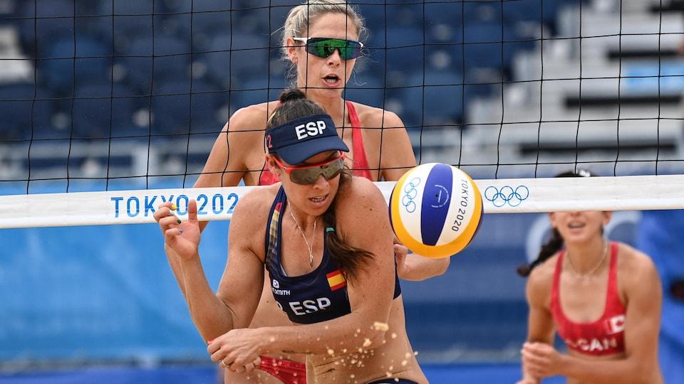 Une joueuse espagnole semble surprise et apeurée par la frappe de son adversaire.