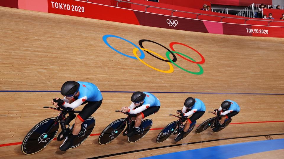 Les Canadiennes roulent l'une derrière l'autre sur la piste du Vélodrome d'Izu.