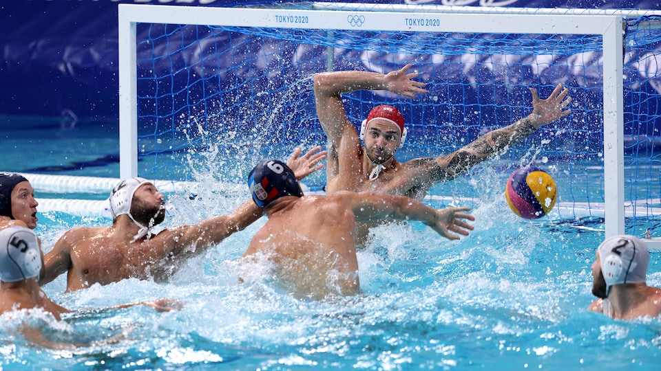 Un joueur serbe lance vers le filet des Grecs.