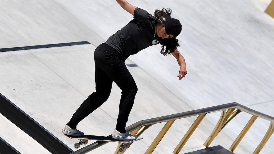 Annie Guglia sur sa planche à roulettes glisse sur une rampe lors d'un parcours.