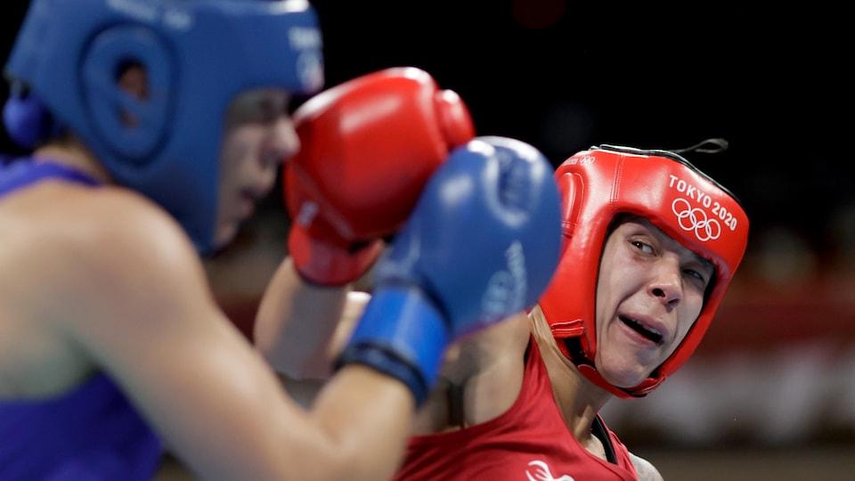 Tammara Thibeault frappe son adversaire néerlandaise au visage. Celle-ci tente de bloquer le coup.