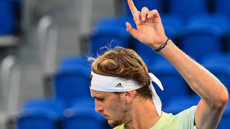 Le joueur de tennis est heureux d'avoir marqué un point.