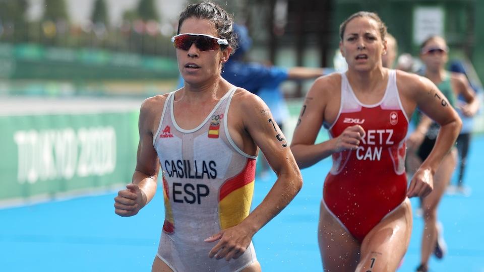 Deux jeunes femmes courent rapidement pendant un triathlon.