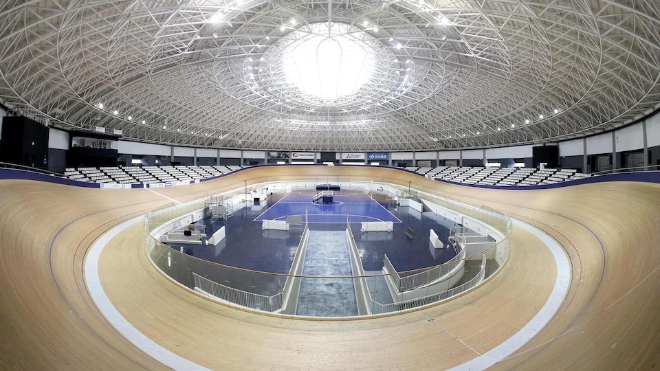 Vue d'ensemble du vélodrome d'Izu sans cyclistes ni spectateurs